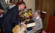 200 lat dla Pani Józefy Kapały z Trześni – życzenia i kwiaty od  Starosty